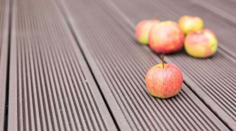 Покраска террасной доски из лиственницы